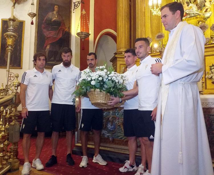 Fernández junto al resto de capitanes y el capellán cordobesista