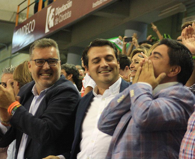 José García Román lanza un beso al aire junto al alcalde, José María Bellido, y el presidente del IMDECO, Manuel Torrejimeno, tras lograr el primer triunfo de su club en la Primera División