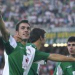 Guzmán Casaseca celebrando su gol con la grada de El Arcángel, con Javi Flores y Asen al fondo