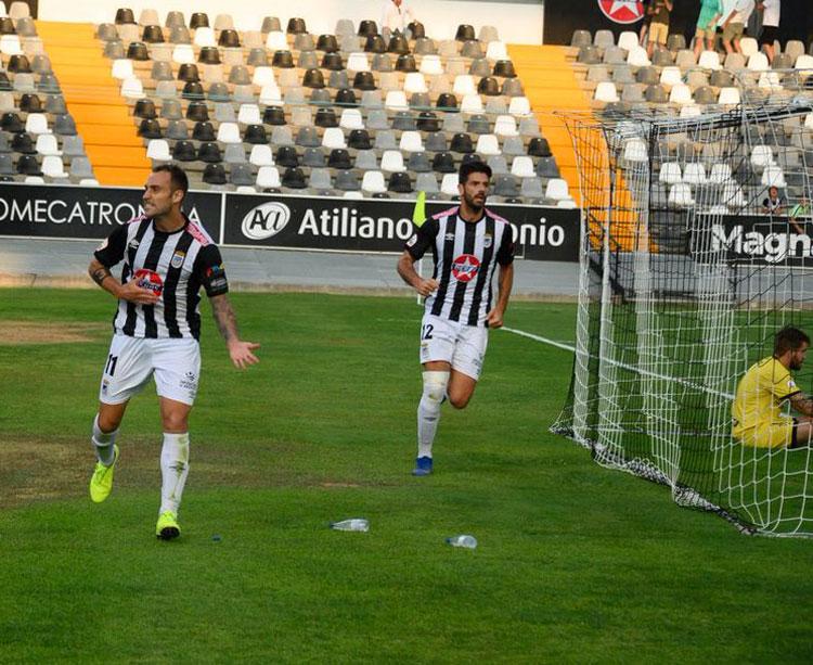 Los jugadores blanquinegros celebrando un tanto. Foto: CD Badajoz
