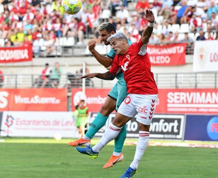 Un jugador grana lucha un balón aéreo ante otro del Algeciras. Foto: Real Murcia