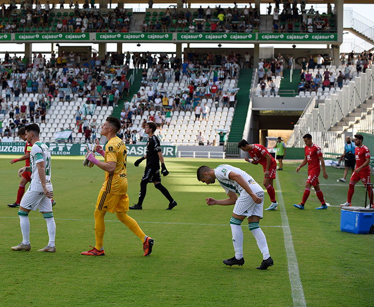 Javi Flores encabezando la salida al terreno de juego del Córdoba ante el Real Murcia con Isaac Becerra y Fernández a sus espaldas