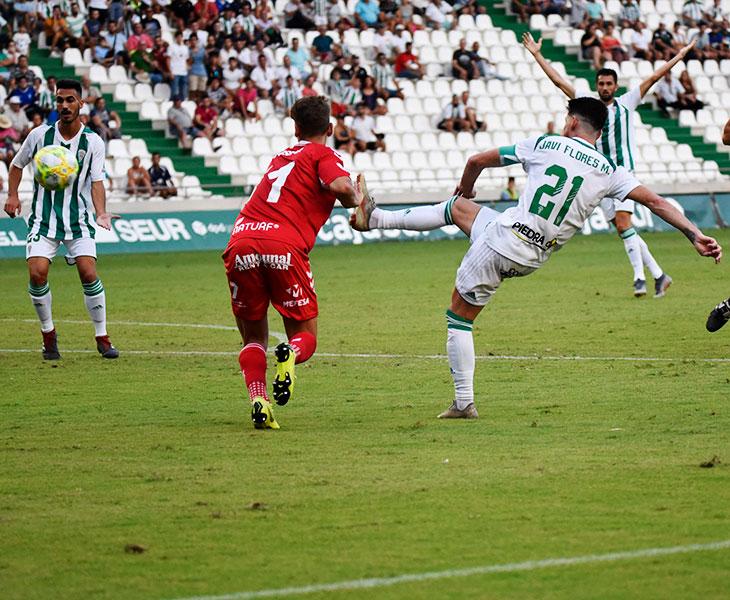 Javi Flores pasando el balón, con Antonio Moyano al fondo, en la jugada final en la que debió llegar la sentencia