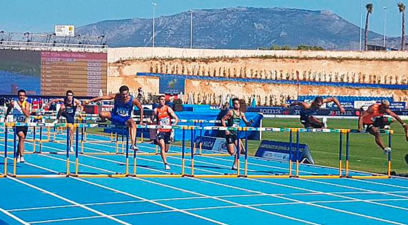 Javi López, el segundo lo la derecha, superando una valla algo retrasado