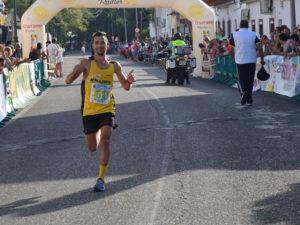 El segundo clasificado Javier Muñoz llegando a la línea de meta de la Media Maratón de Almodóvar del Río