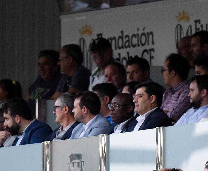 Jesús León en el palco de El Arcángel ante el Real Murcia, donde se llevó una sonora pita al principio del partido mientras sonaba el himno