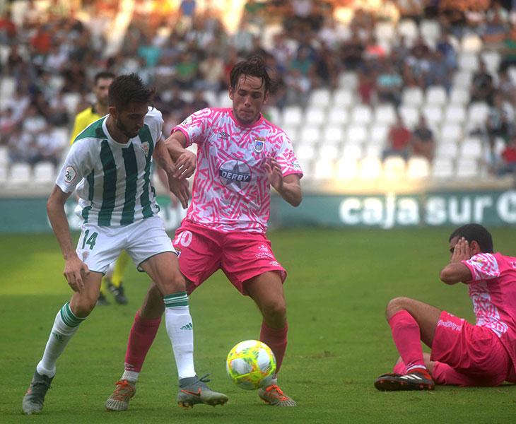 José Antonio González disputando un balón a un jugador del Badajoz