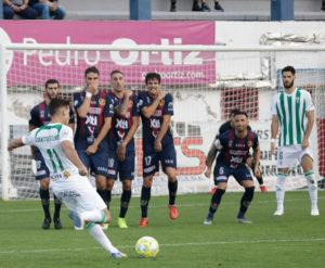 Juanto Ortuño lanzando una falta que se le fue arriba