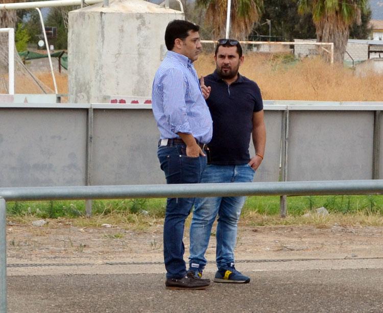 Jesús León hablando con el secretario técnico Jorge Rodríguez de Cózar el pasado domingo en la Ciudad Deportiva. Autor: Javier Olivar