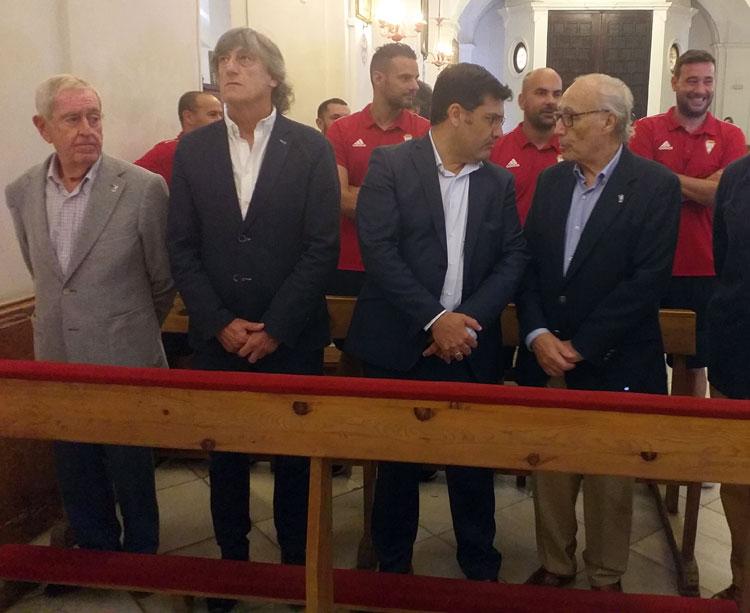Enrique Martín mirando al cielo con Jesús León a su lado en la reciente ofrenda a San Rafael