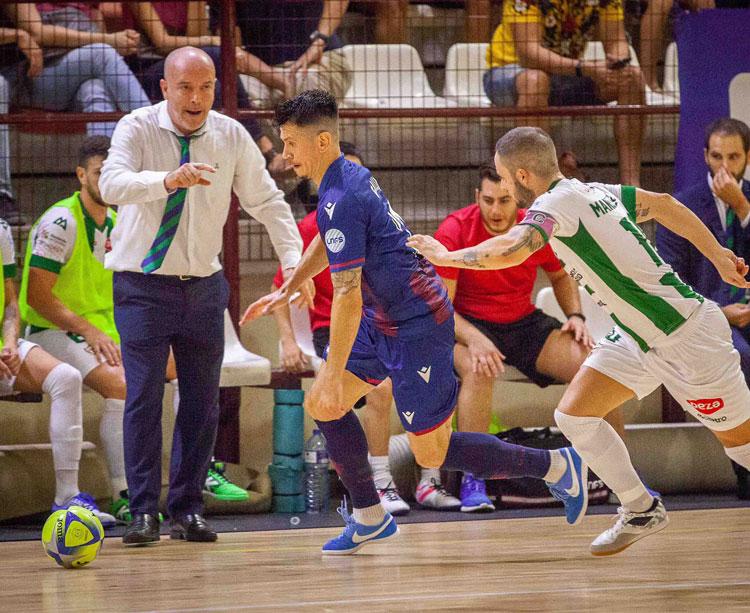 Macario siguiendo de cerca el juego de los suyos. Foto: Levante UD