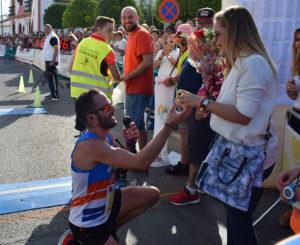 El lucentino Rubén Cubero pidiéndole matrimonio a su novia tras cruzar la meta