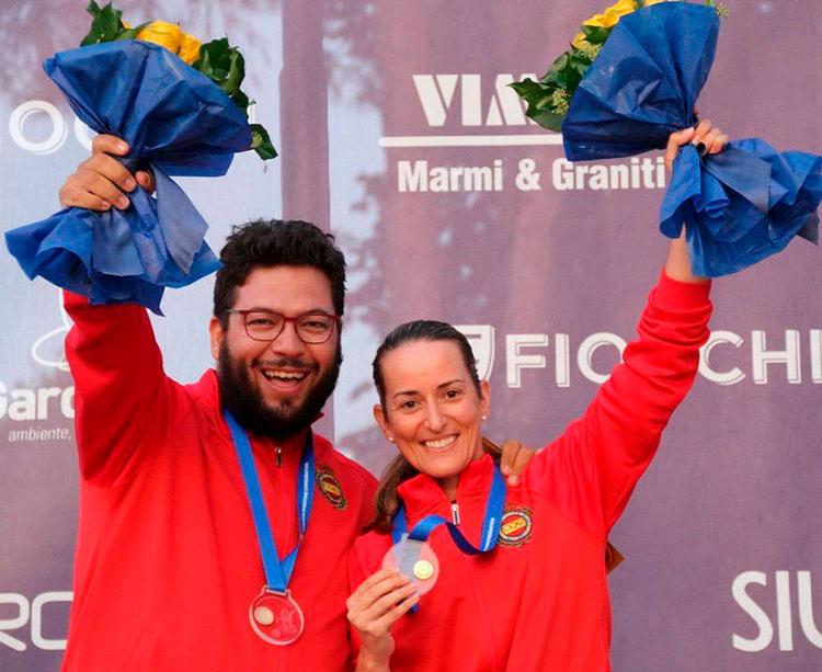 Fátima Gálvez mostrando su medalla de oro junto a Alberto Fernandez en Lonato