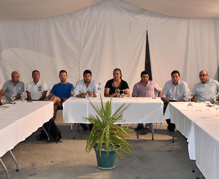 Varios de los dirigentes de los distintos clubes afectados por los impagos del IMDECO reunidos en el colegio Cervantes