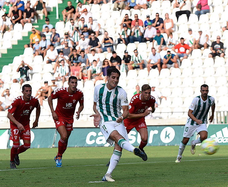 Juanto Ortuño en el instante posterior al golpeo del balón en el penalti