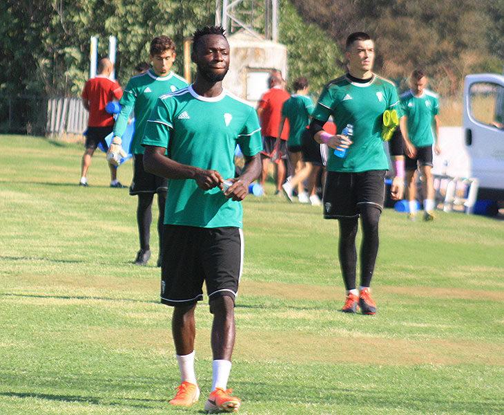 El ghanés Owusu retirándose del entreno con Edu Frías y Llamas al fondo