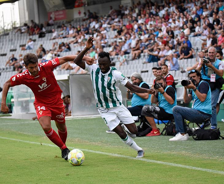Owusu superando a un defensa del Murcia