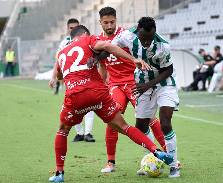 Owusu intentando marcharse de dos rivales