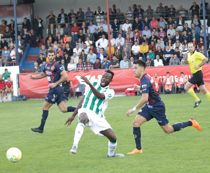 Owusu intentando proteger la posesión del balón ante la llegada de un jugador dle Yeclano