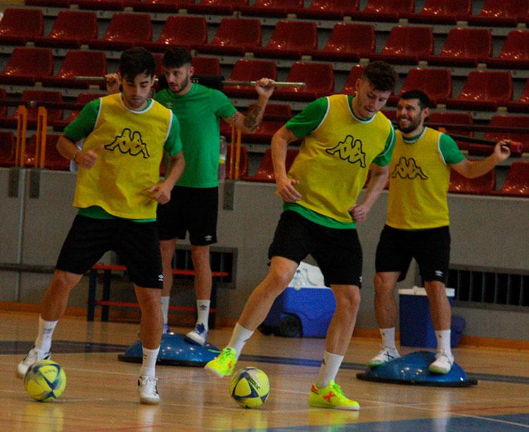 Pablo del Moral y Cristian Cárdenas salen en tándem mimando el balón durante el entrenamiento