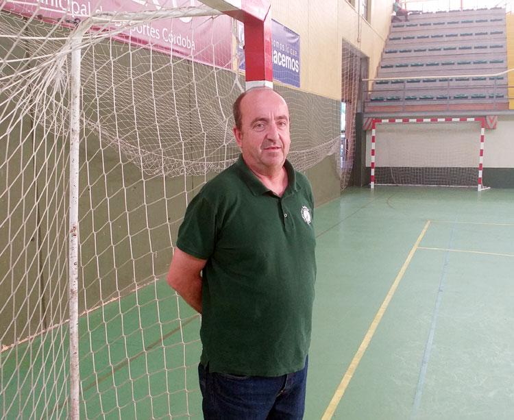 Rafa Moreno posando en el Pabellón de La Fuensanta