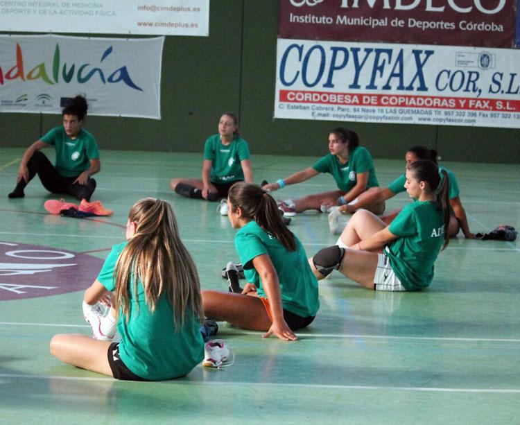Las jugadoras de Adesal estirando al final de un entrenamiento