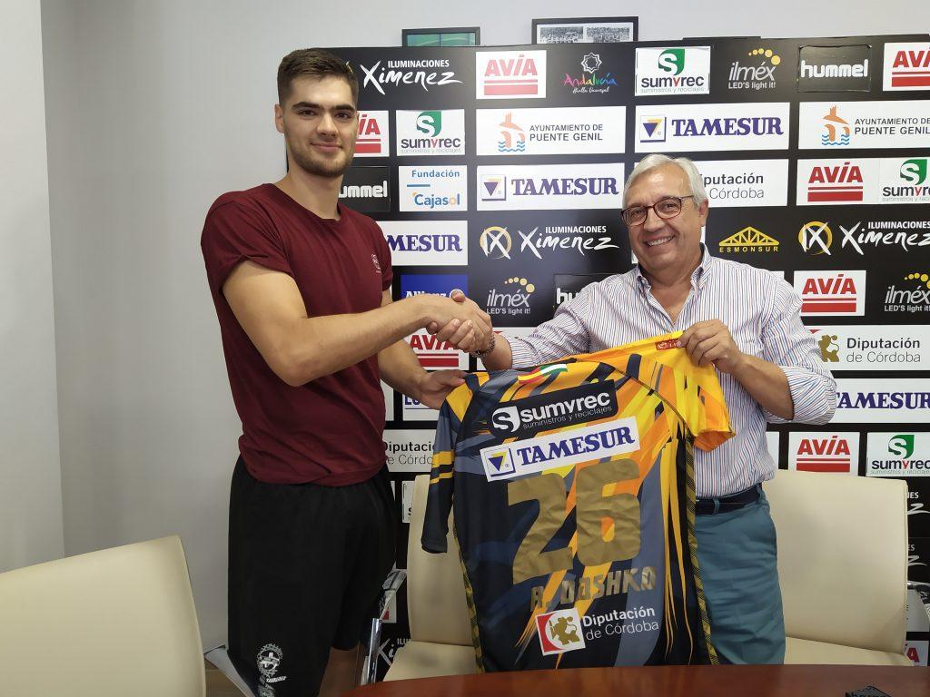Ruslan Dashko estrechando su mano con Mariano Jiménez