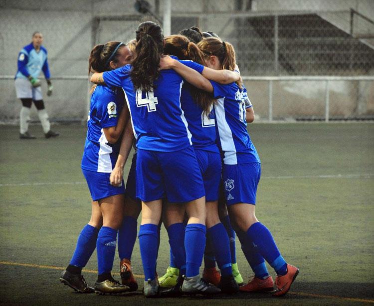Las jugadoras tinerfeñas celebran un tanto con la portera del Pozoalbense al fondo. Foto: UD Tacuense