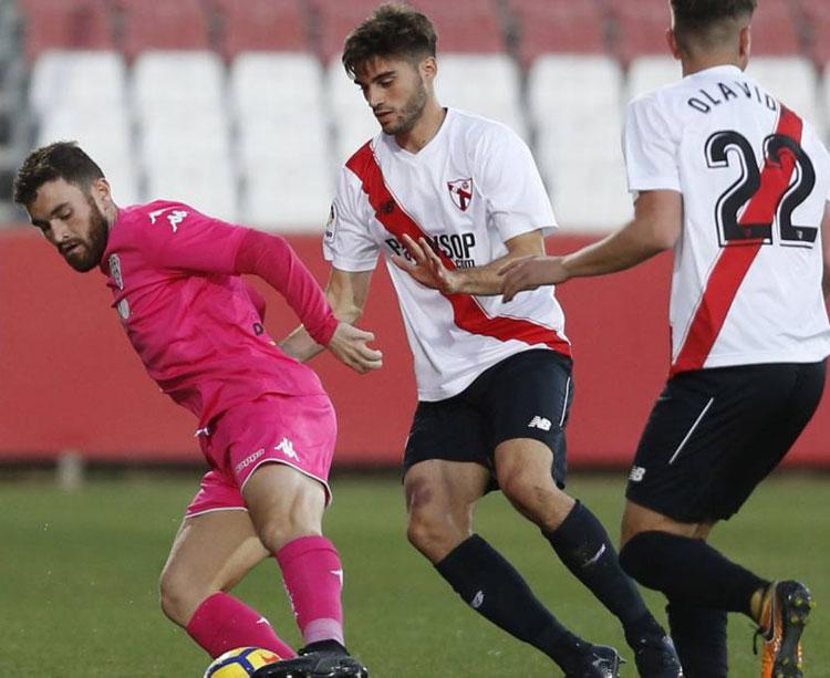 Javi Galán caracoleando en el último encuentro con el Sevilla Atlético en la Ciudad Deportiva José Ramón Cisneros. Foto: AS