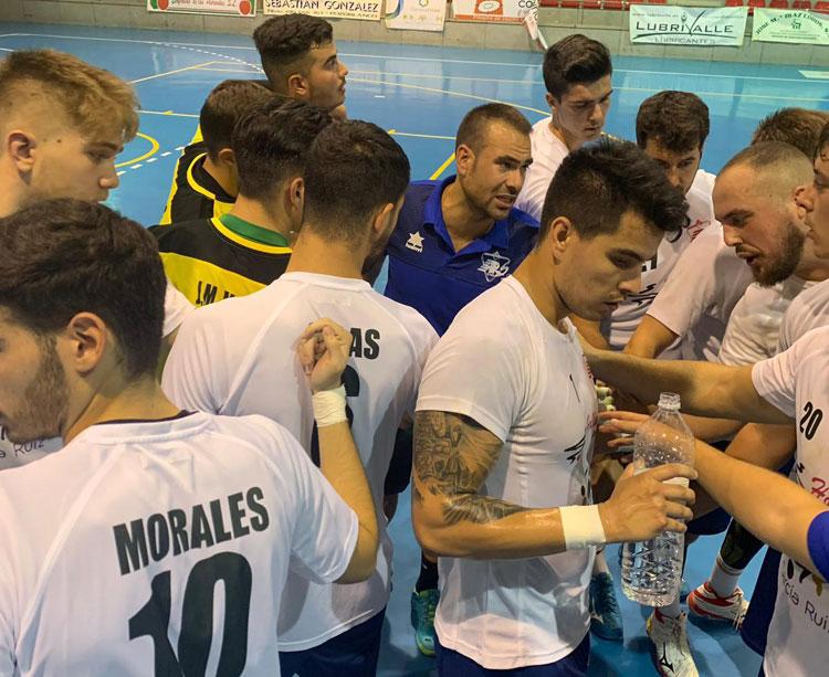 Víctor Montesinos hablando con sus jugadores en un amistoso. Foto: ARS