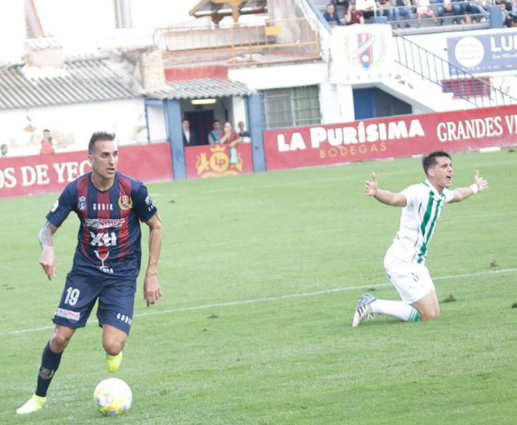 Juanto Ortuño protestando una falta tras perder el balón