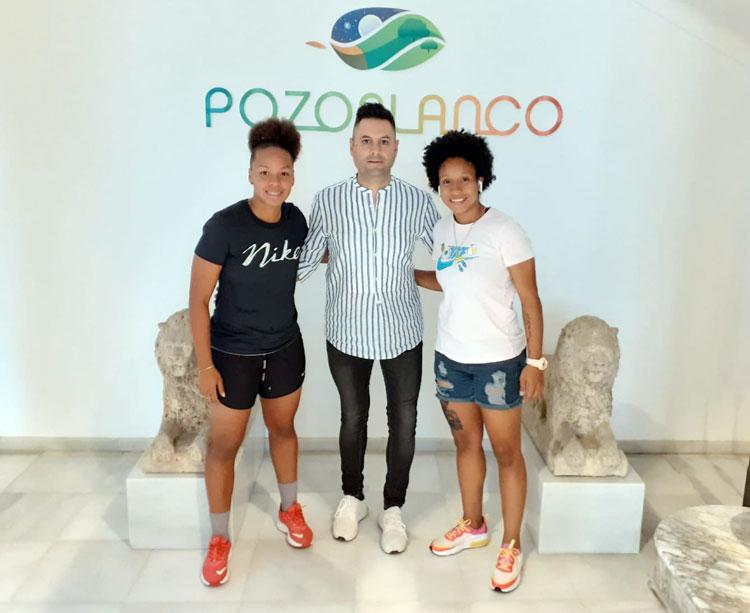 Manuel Fernández junto a sus dos internacionales panameñas. Foto: Pozoalbense Femenino