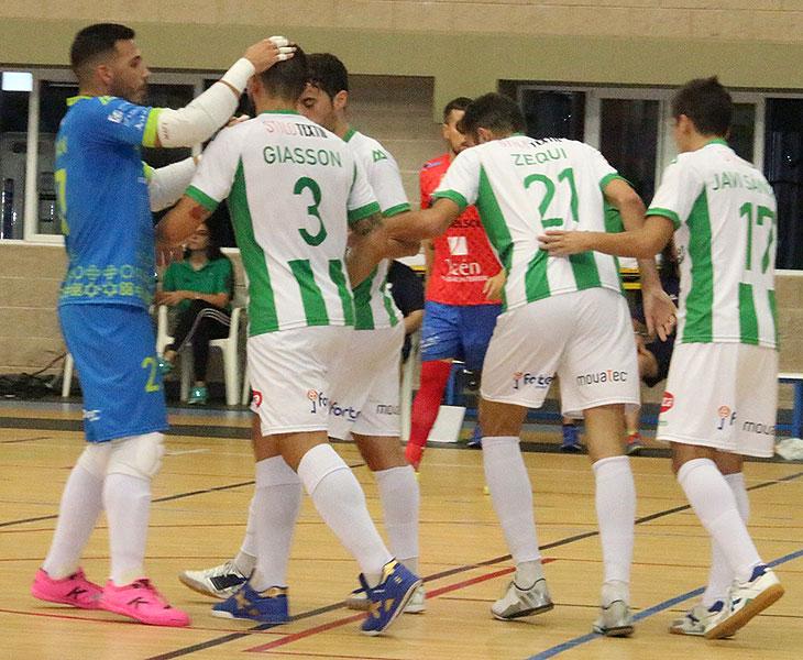 Cristian felicita a Giasson junto a Zequi tras uno de los goles ante el Mengíbar