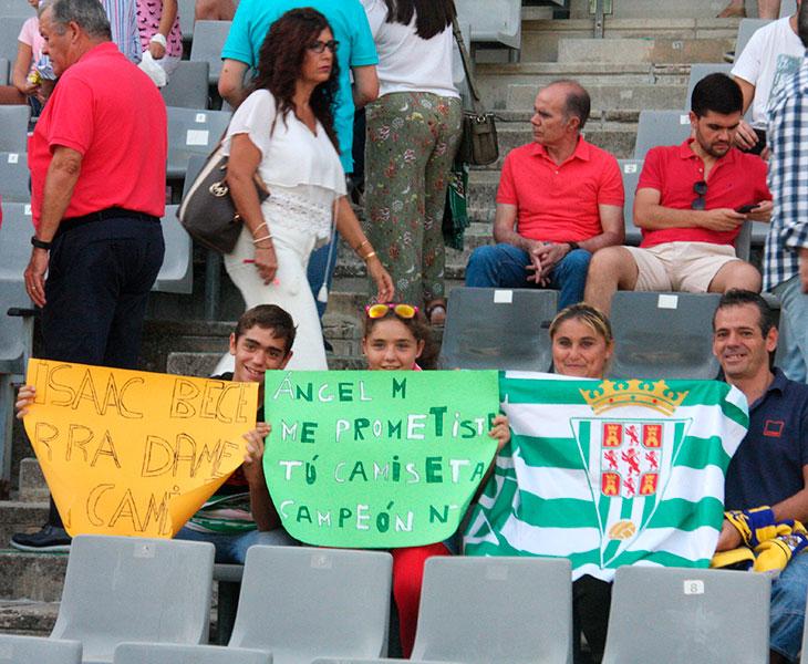 Varios aficionados del Córdoba CF pidiendo la camiseta a Isaac Becerra