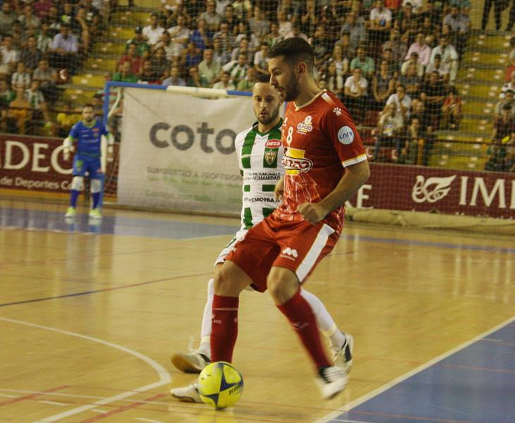 Andresito controla el balón ante Manu Leal. Autor: Paco Jiménez