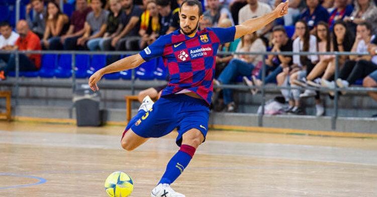 El defensa del Barcelona en pleno lanzamiento. Foto: Barcelona FC