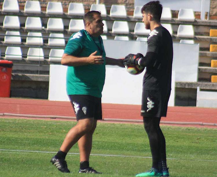 Carlos Abad departiendo con Sandoval en El Fontanar ante su próximo regreso ante el Granada