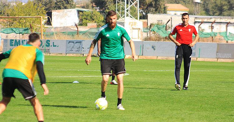 Chus Herrero avanzando con el balón bajo la mirada de Raúl Agné