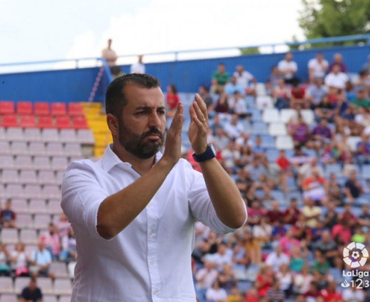Diego Martinez aplaudiendo una acción de su equipo. Foto: LFP