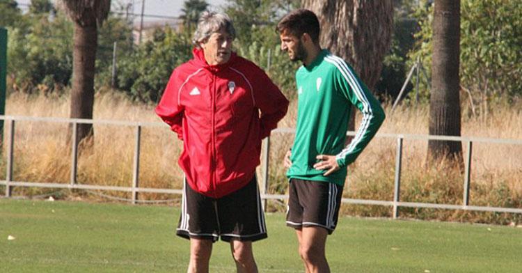 Enrique Martín habla con Jose Antonio González antes de irse lesionado la pasada semana. Autor: Paco Jiménez
