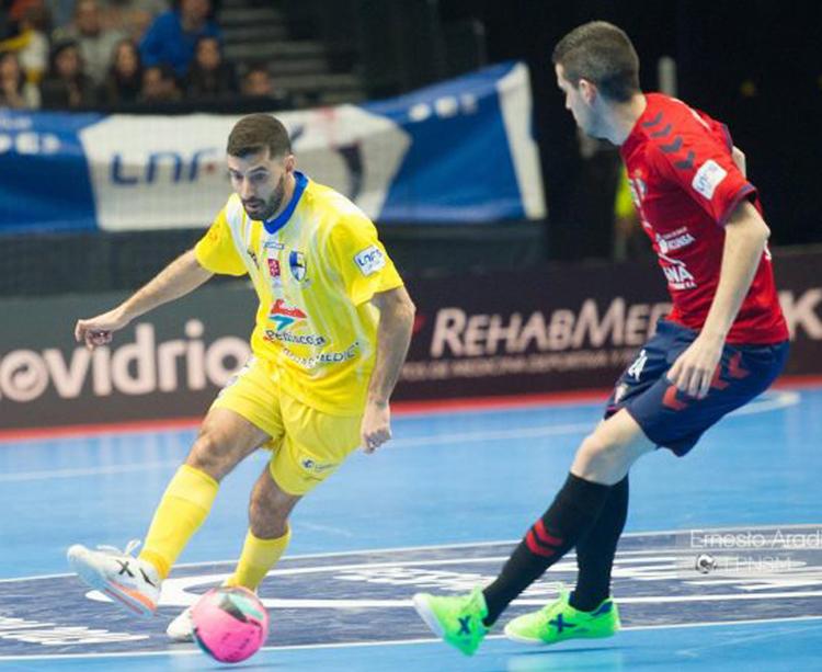 Isi, jugador del Servigroup Peñíscola, cara a cara con su contrincante. Foto: Peñíscola FS.