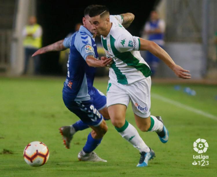 Jaime Romero marchándose de su par en el partido ante el Tenerife Foto: LFP
