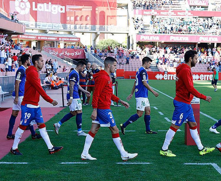 Córdoba y Granada saltando al campo antes del choque. Foto: LFP
