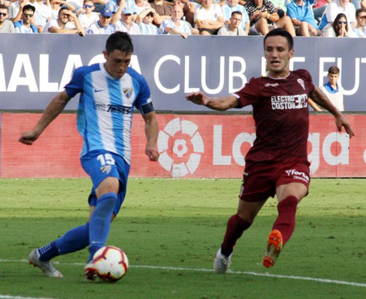 Jovanovic encimando a un jugador del Málaga. Foto: Paco Jiménez