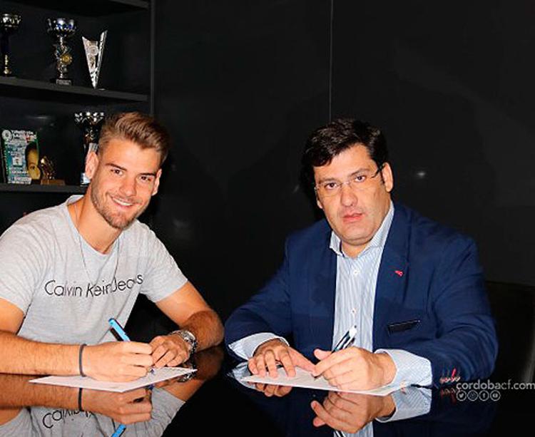 Marcos Lavín y Jesús León, durante la firma del nuevo contrato. Foto: Claro Tobajas/CCF