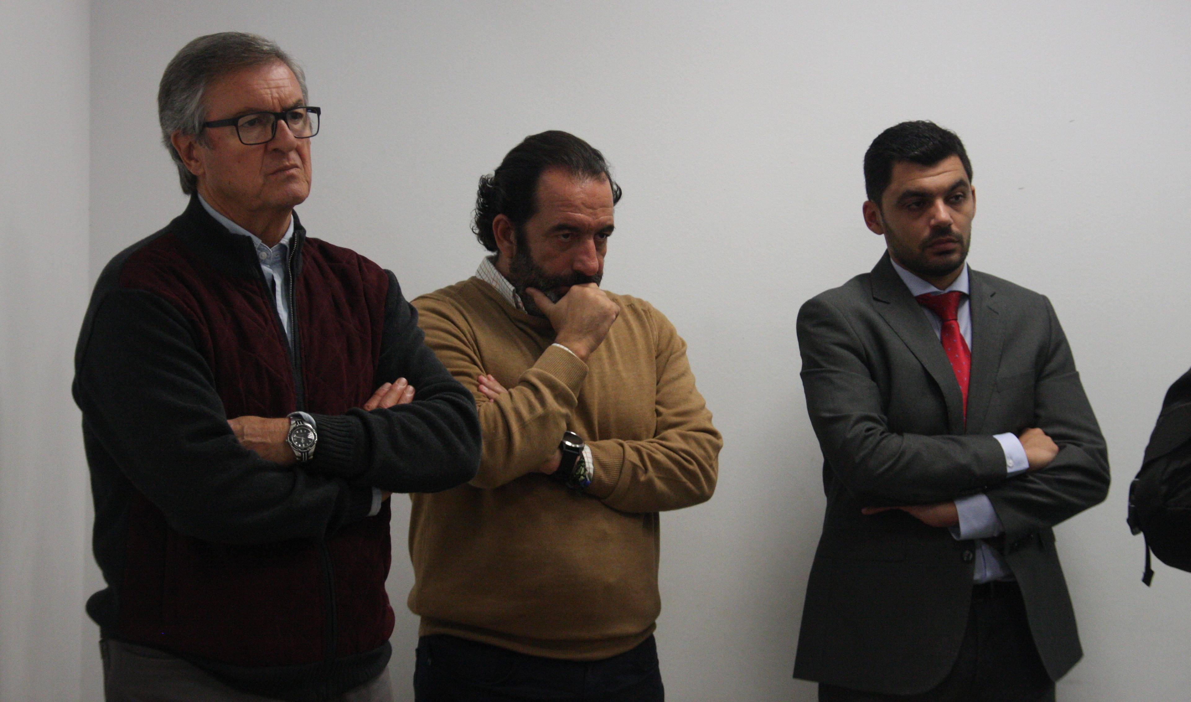 Miguel Romero y Manolo Garrido, junto a un ayudante de Zarza, durante la comparecencia del abogado de la entidad blanquiverde