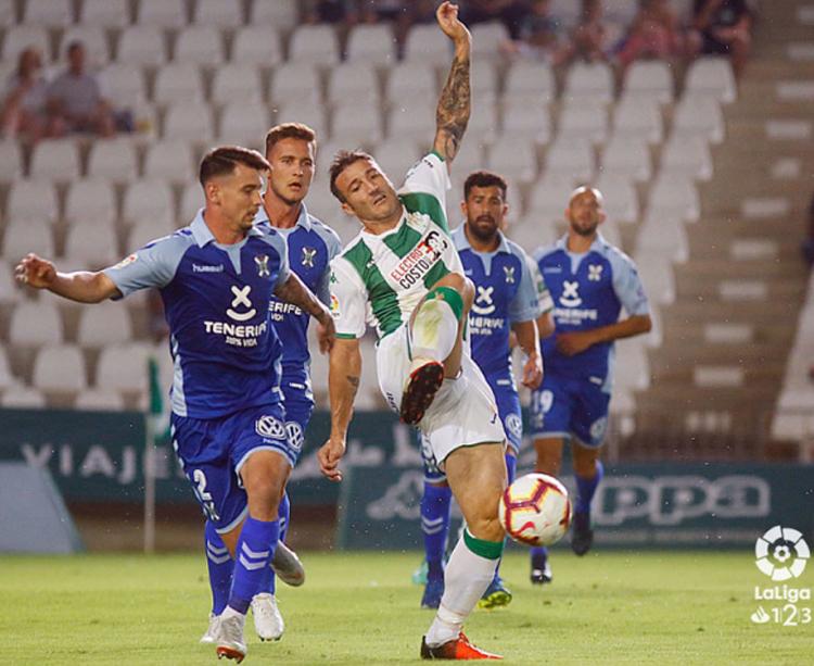 Piovaccari peleando una pelota contra la defensa del Tenerife. Foto: LFP