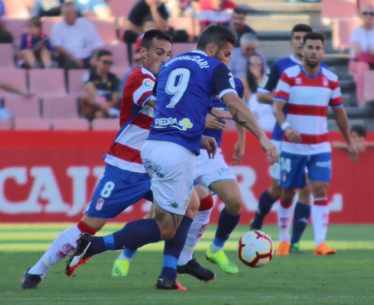 Piovaccari porfiando con un jugador del Granada. Foto: Claro Tobajas/CCF