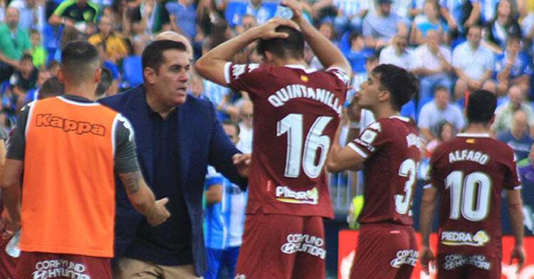Sandoval, más que desencajado, intentando transmitir conceptos de repliegue a Quintanilla