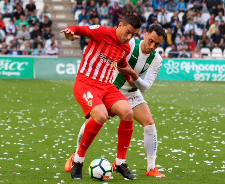 Sergio Aguza cerrando a un jugador del Almería. Foto: Paco Jiménez